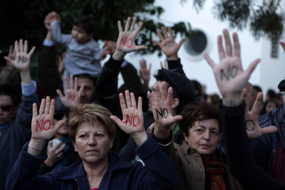Des chypriotes ont manifesté hier contre l'intention de leur gouvernement... | 2013-03-19 00:00:00.000