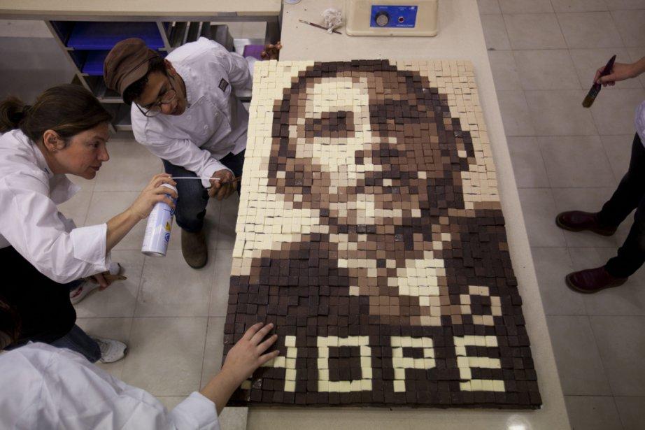 Des apprenties pâtissières  préparent une image de Barack Obama en chocolate à Givat Shmuel, au centre de l'Israël, en attendant l'arrivée du président américain dans leur pays, prévue pour demain. | 19 mars 2013
