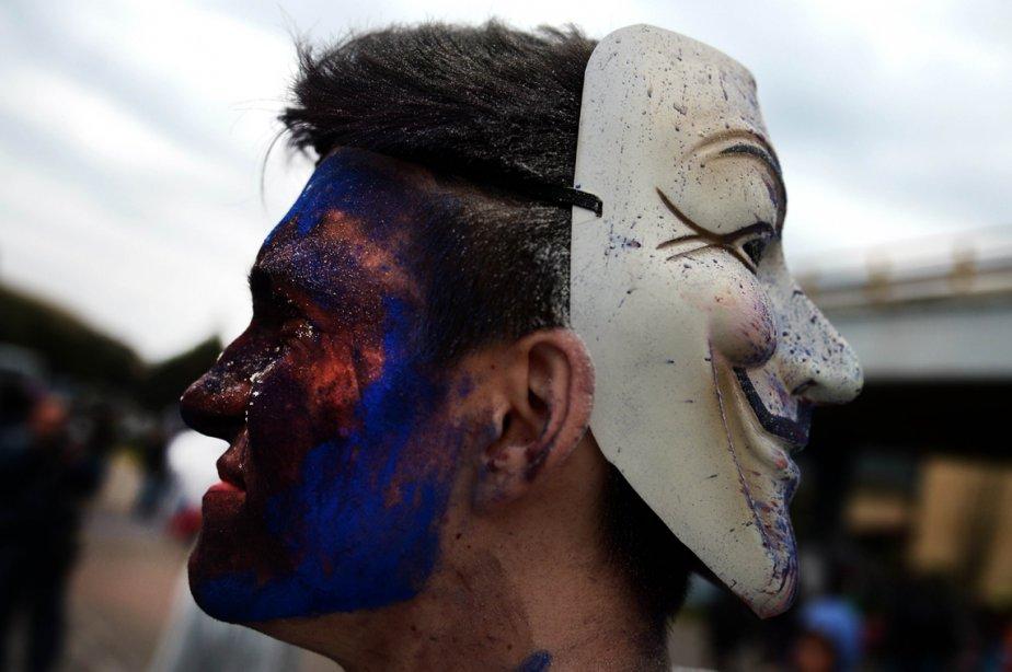 Un homme vêtu d'un masque de Guy Fawkes participe à la Guerre des farines à Galaxidi, à 250 km au sud-est d'Athènes en Grèce. | 19 mars 2013