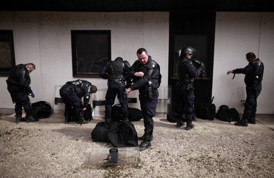 La police de Zenica, en Bosnie, fait un exercice de préparation en vue du match de qualification pour la Coupe du monde de soccer 2014 entre les équipes de la Bosnie et la Grèce. Les autorités craignent d'importants épisodes de violence lors de la rencontre. | 19 mars 2013
