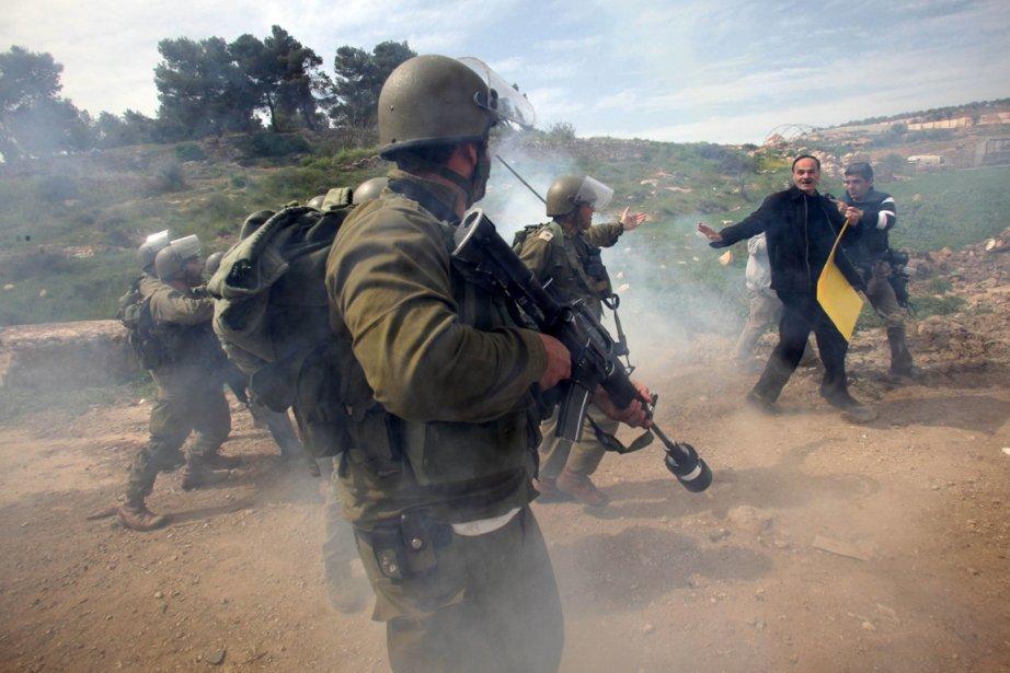 Les soldats israéliens tentent de repousser des manifestants... (Photo Hazem Bader, AFP)