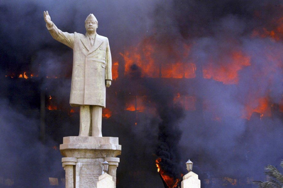 Une statue à l'effigie de Saddam Hussein campe... (PHOTO TYLER HICKS, ARCHIVES THE NEW YORK TIMES)