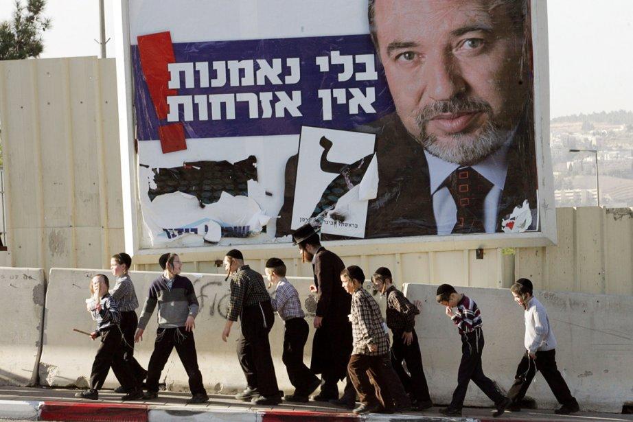 Une affiche du parti nationaliste d'Avigdor Lieberman, l'ex-ministre... (PHOTO GALI TIBBON, AFP)