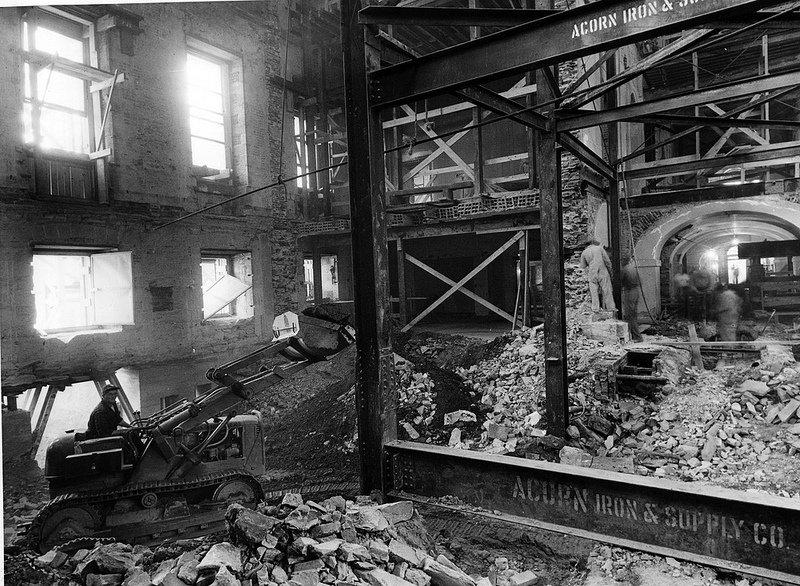 Machinerie lourde à l'intérieur.  Le bulldozer dû être démonté et reconstruit une fois à l'intérieur puisque le président Truman refusa aux entrepreneurs de faire un trou assez grand dans la structure extérieure de la Maison Blanche | 20 mars 2013
