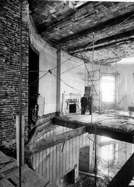 Deux travailleurs à l'intérieur du salon ovale et la chambre bleue à l'étage du dessous. | 20 mars 2013