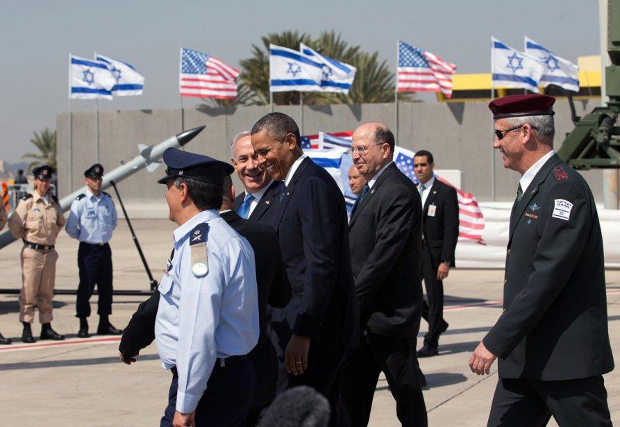 Le président Barack Obama et le premier ministre israélien Benjamin Netanyahu passent en revue des troupes israélienne ainsi que des modèles du système de défense sol-air