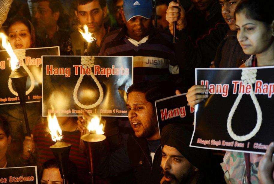 Des activistes réclamant la pendaison pour les violeurs... (PHOTO SAJJAD HUSSAIN, ARCHIVES AFP)