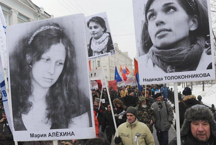 Des activistes manifestant pour réclamer le respect des... (PHOTO ANDREY SMIRNOV, ARCHIVES AFP)