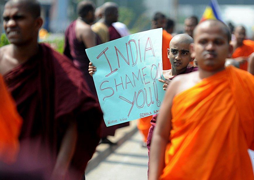 Un groupe de moines bouddhistes cinghalais ont marché hier, à Colombo, au Sri Lanka, pour protester contre les attaques visant les Sri Lankais dans l'État de Tamil Nadu, en Inde. Les moines demandent une intervention du gouvernement central pour que cessent les agression contre le pèlerins sri lankais. | 20 mars 2013