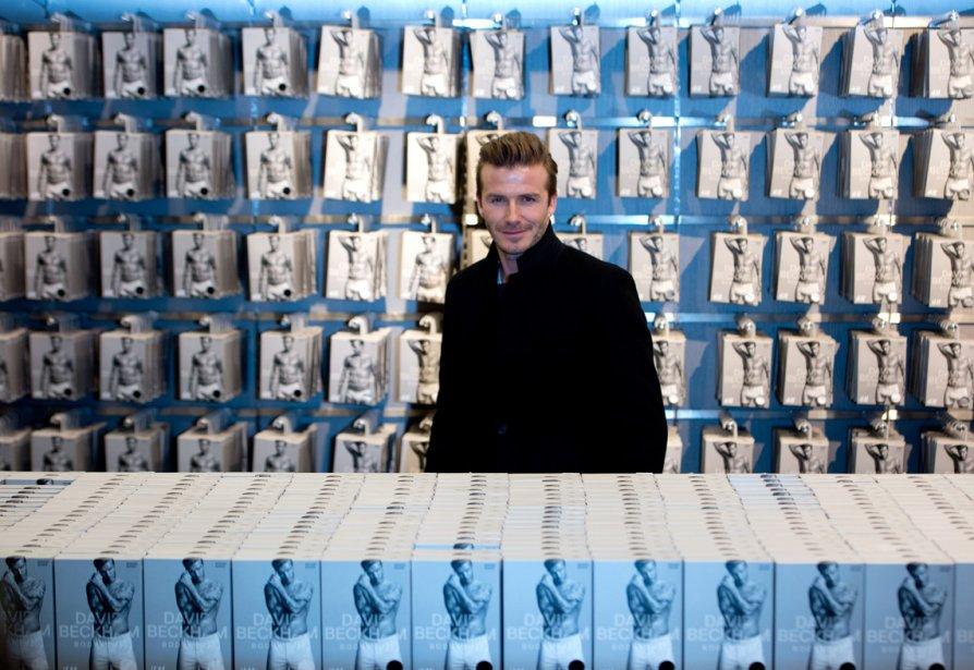 Le joueur de soccer David Beckham posait hier dans un magasin H&M de Berlin à l'occasion d'un événement promotionnel. | 20 mars 2013