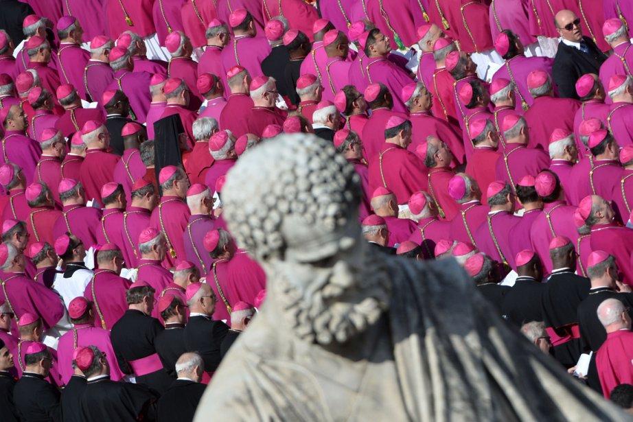 Des prélats de recueillent derrière une statue de Saint-Pierre, au Vatican, pendant la messe inaugurale du pape François. | 20 mars 2013