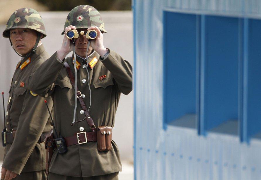 Des soldats nord-coréens font une patrouille près dans le village de Panmunjom, dans la zone démilitarisée qui sépare la Corée du Sud et la Corée du Nord. | 20 mars 2013