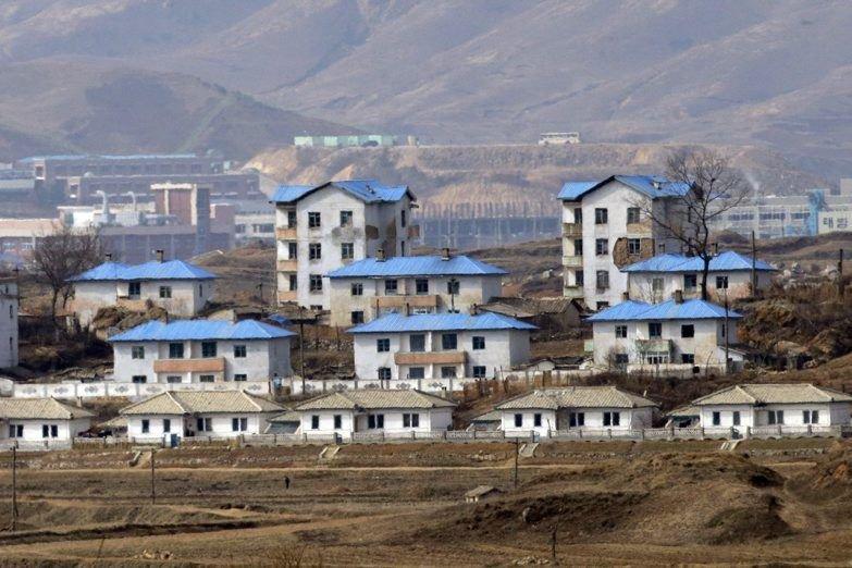 Un village nord-coréen près de la frontière avec... (Photo Lee Jin-man, AP)