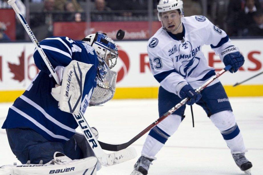 Le gardien des Maple Leafs James Reimer arrête... (Photo Frank Gunn, PC)