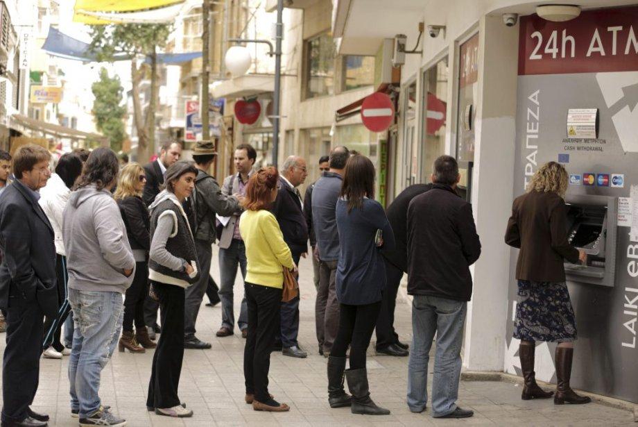 Paralysée par la crise financière, Chypre a cherché jeudi, sous la... (Photo AFP)