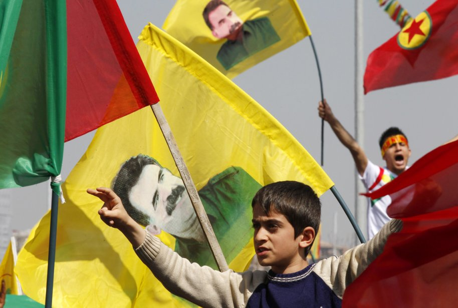 Un jeune Kurde de Turquie fait le «V»... (PHOTO UMIT BEKTAS, REUTERS)