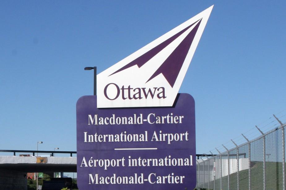Un avion qui venait de quitter Ottawa à... (Photo La Presse Canadienne)