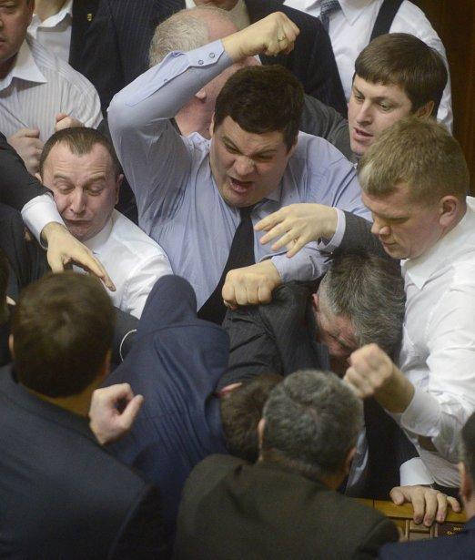 Des députés du parlement ukrainien en viennent aux coups | 22 mars 2013