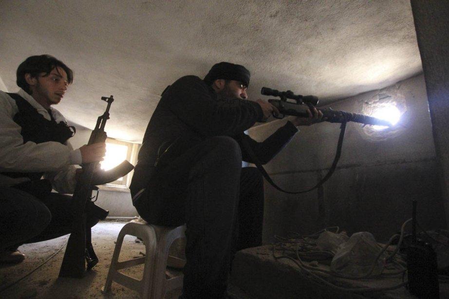 Des résistants syriens prennent position dans le quartier Saif al-Dalwa de Damas. | 22 mars 2013