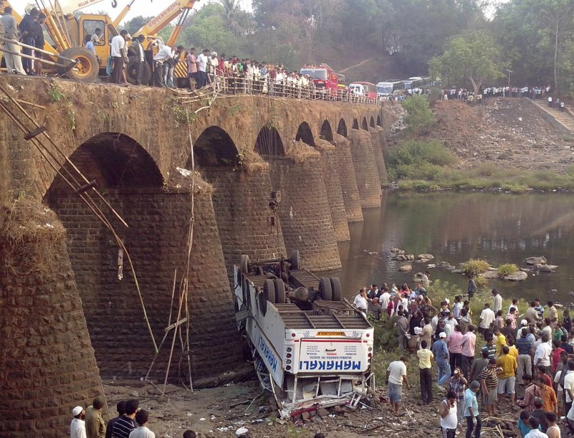 Site d'un accident d'autobus qui causa la mort de 37 passagers près de Ratnagri en Inde. | 22 mars 2013