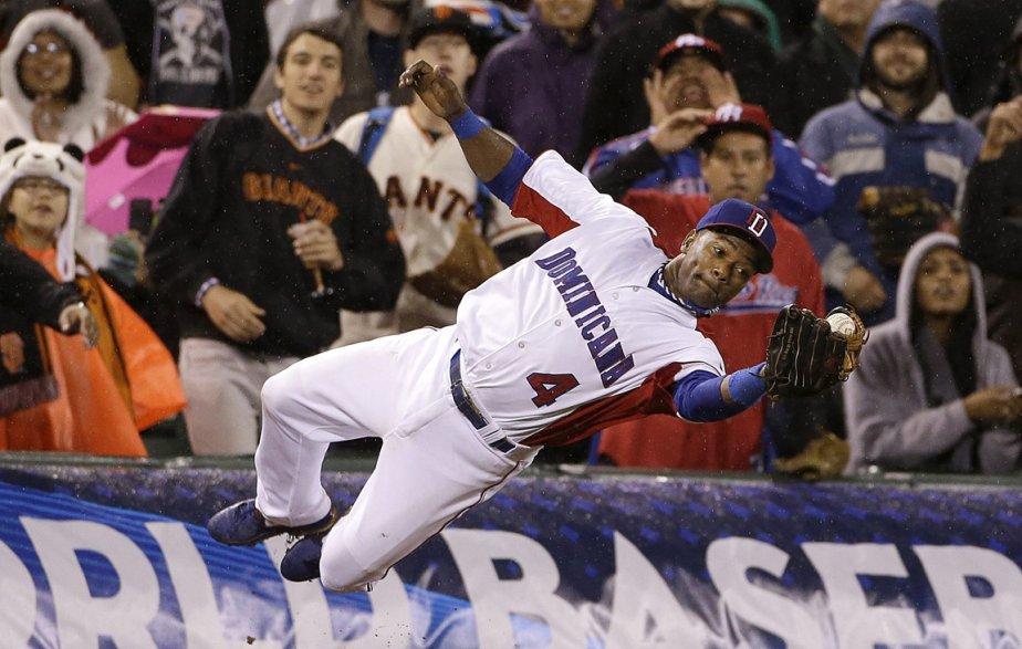 Miguel Tejada de la République dominicaine capte une fausse balle frappée par Jesus Feliciano de l'équipe portoricaine lors de finale de la classique mondiale de Baseball à San Francisco. | 22 mars 2013
