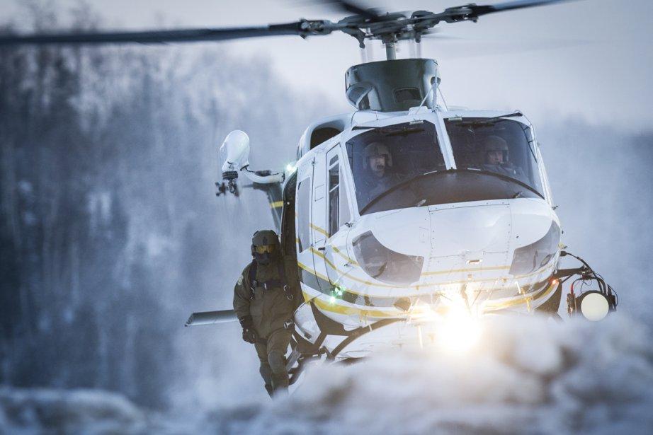 Un hélicoptère de la Sureté du Québec participe aux opérations de recherche de deux évadés de la prison de St-Jérome | 22 mars 2013