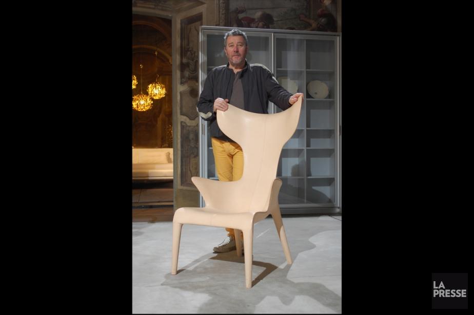 Philippe Starck pose avec un modèle de ses... (PHOTO LUCIE LAVIGNE, ARCHIVES LA PRESSE)