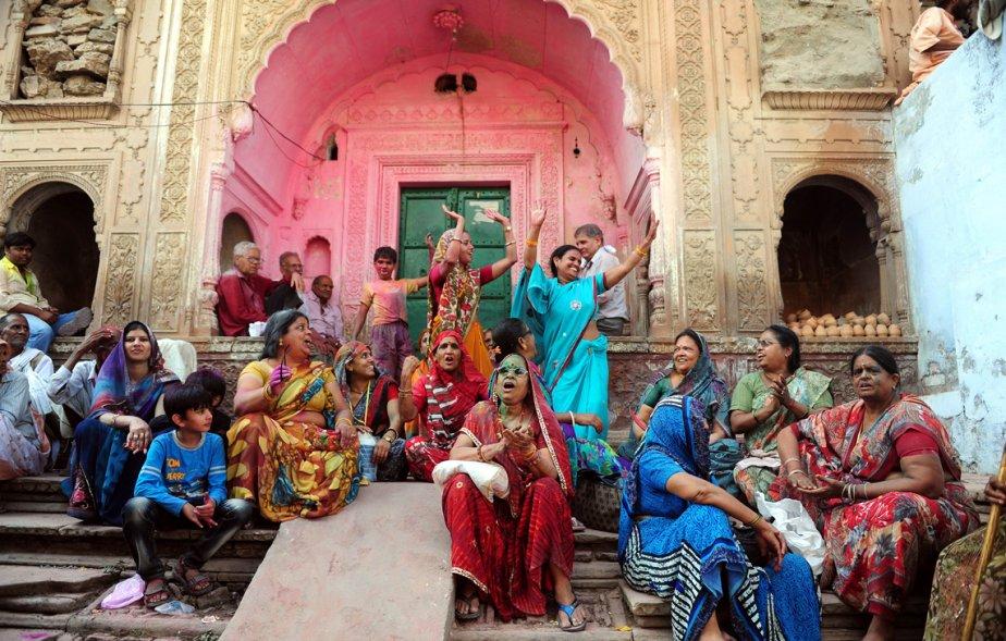 Des dévots hindous célèbrent à l'extérieur du temple Radha Rani lors d'une fête de l'équinoxe du printemps nommée Lathmar Holi. | 22 mars 2013