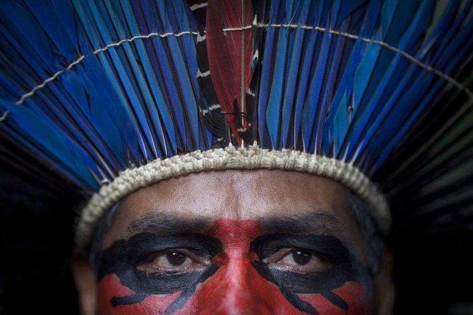 Un homme indigène à l'intérieur d'un vieux musée indien à Rio de Janeiro, au Brésil. La cour fédérale a statué que les personnes qui occupent l'établissement depuis 2006 devront quitter puisque le site se trouve à proximité du stade Maracana, où sera joué le match final de la Coupe mondiale de soccer, en 2014. | 22 mars 2013