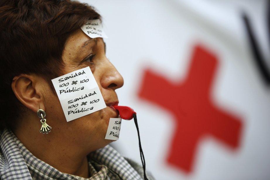 Une travailleuse de la santé armé d'un sifflet a posé sur son visage un collant où est inscrit: