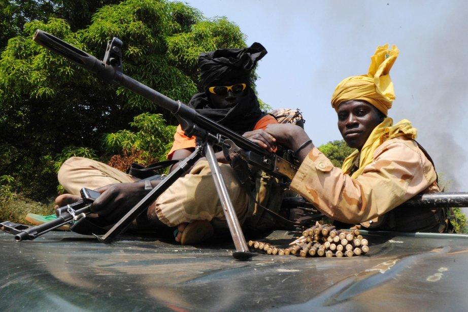 Des rebelles de la colaition Séléka patrouillent près... (PHOTO SIA KAMBOU, AFP)