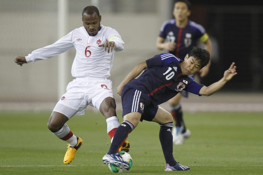 Le Japonais Shinji Kagawa tente de reprendre le... (PHOTO MOHAMMED DABBOUS, REUTERS)