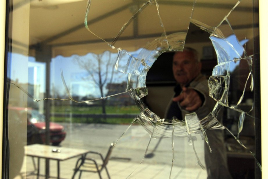 Un propriétaire d'un café situé à proximité de... (Photo Nikolas Giakoumidis/ AP)