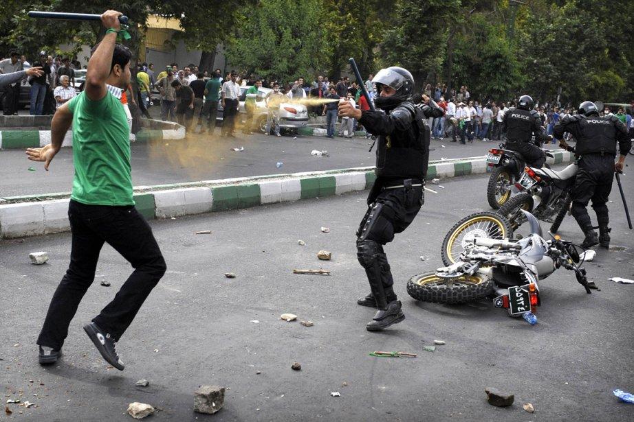 Lors d'une manifestation en juin 2009, un policier... (Photo : Olivier Laban-Mattel, AFP)