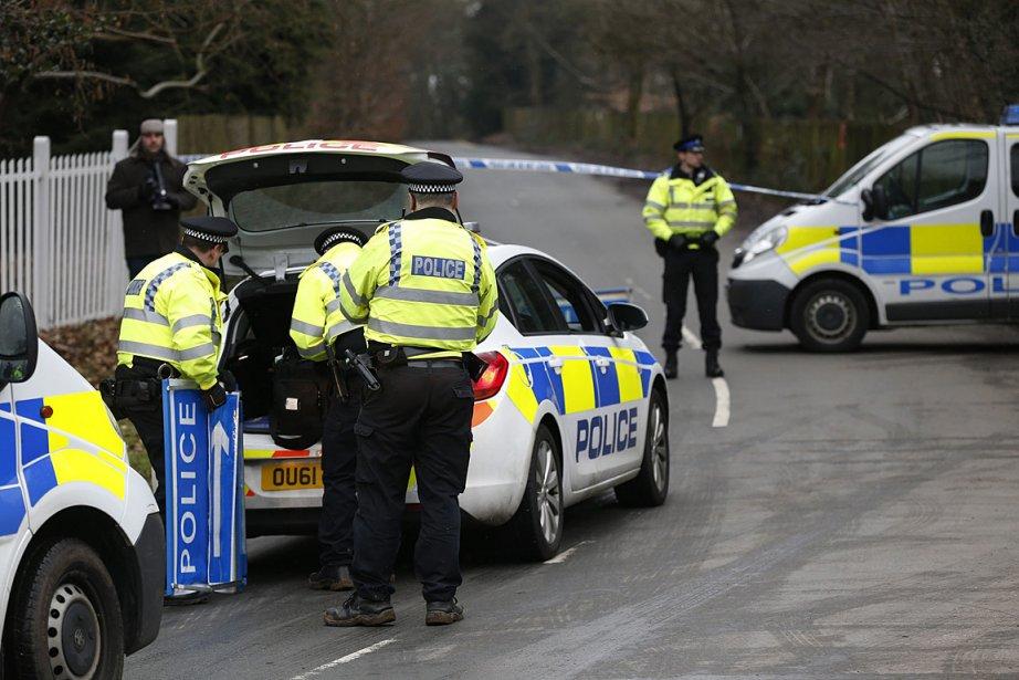 Un large cordon policier empêche d'approcher la résidence... (Photo: AP)
