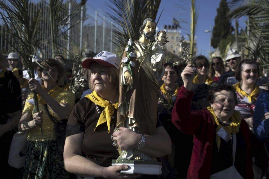 Des pèlerins chrétiens brandissent des rameaux lors dela... (PHOTO MENAHEM KAHANA, AFP)