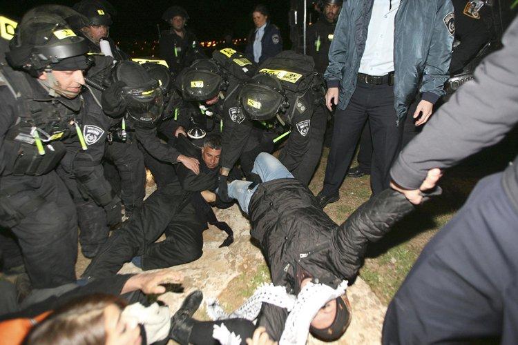 La police israélienne a évacué dans la nuit de samedi à... (Photo: Reuters)