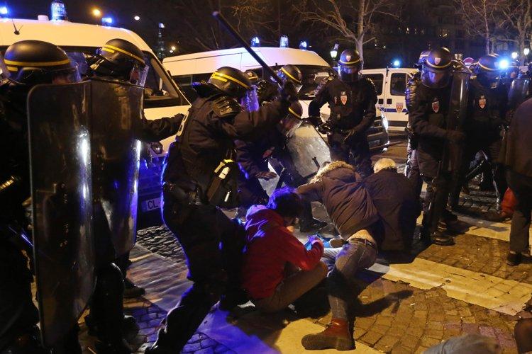 La police antiémeute a été déployée sur lesChamps-Élysées... (Photo: AFP)
