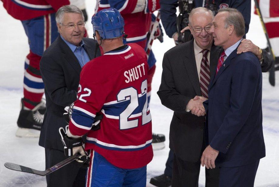 Les entraîneurs Michel Bergeron (à gauche), Jaques Demers et Guy Lafleur en compagnie de Steve Shutt (22). | 24 mars 2013