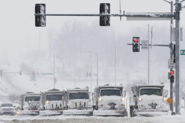 Des camions de déneigement ont été déployés dimanche... (Photo: AP)
