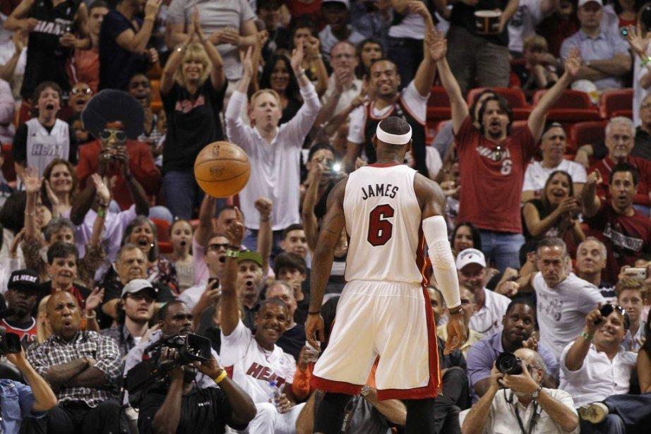 Les partisans du Heat célèbrent un panier réussi... (ROBERT SULLIVAN)
