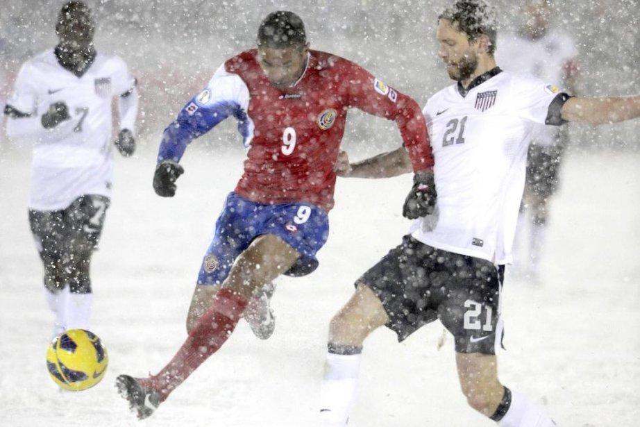 Alvaro Saborio (9) vole le ballon à Clarence... (PHOTO MARK LEFFINGWELL, REUTERS)