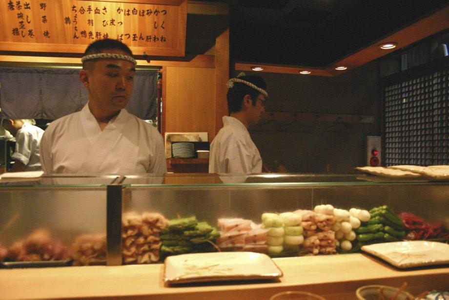 Toriyoshi Nishiazab, un restaurant spécialisé dans les yakitori (grillades japonaises). | 25 mars 2013