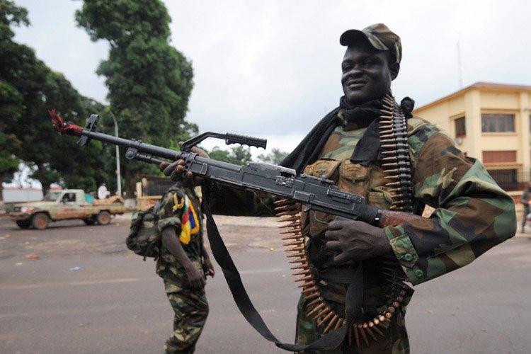 Un rebelle Séléka pose près du palais présidentiel... (Photo: AFP)