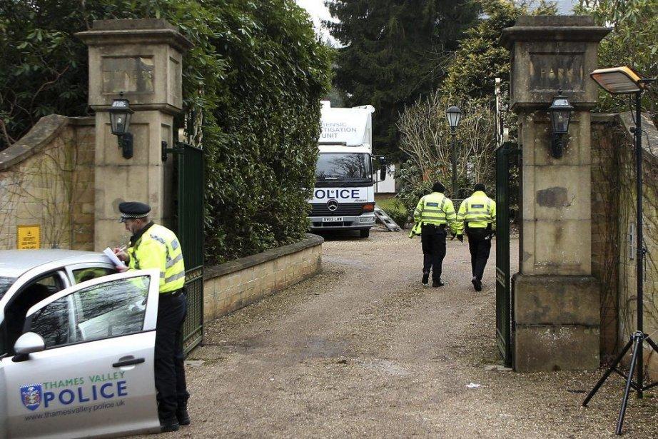 Des policiers à la résidence dudissident russe Boris... (Photo BEN STANSALL, AFP)