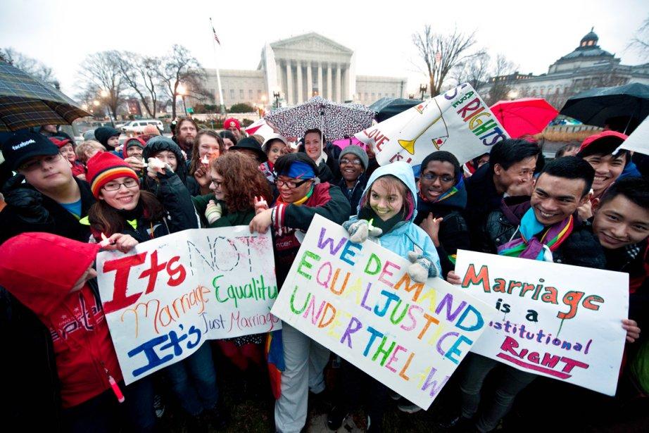 De jeunes partisans du mariage gai manifestent leur... (PHOTO NICHOLAS KAMM, AFP)