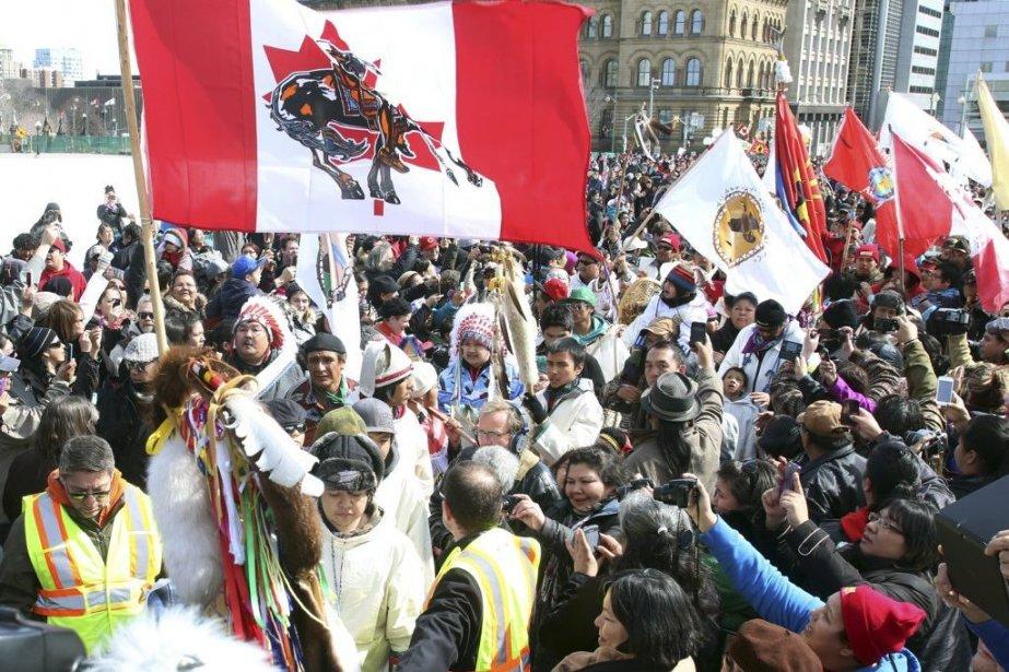 Environ 300 marcheurs venus de différentes communautés autochtones... (Photo La Presse Canadienne)