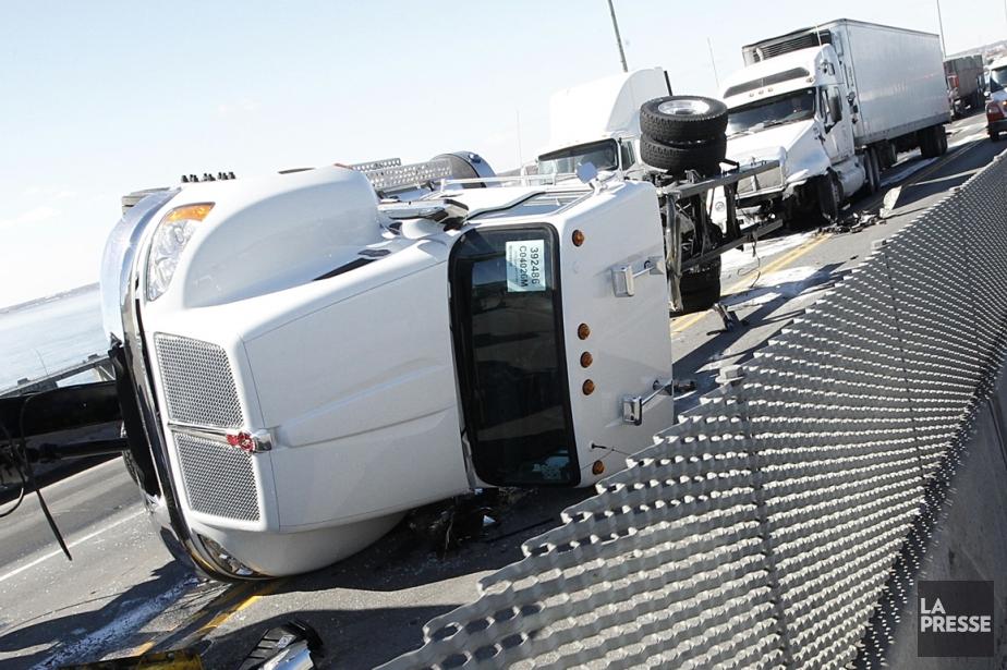 Un tracteur routier tiré avec quelques autres véhicules... (Photo Patrick Sanfaçon, La Presse)