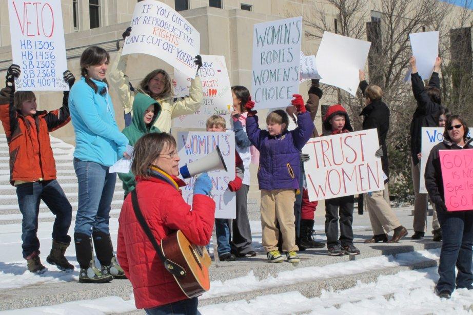 Des militants pro-choix manifestent devant le Capitole de... (PHOTO JAMES MCPHERSON, AP)