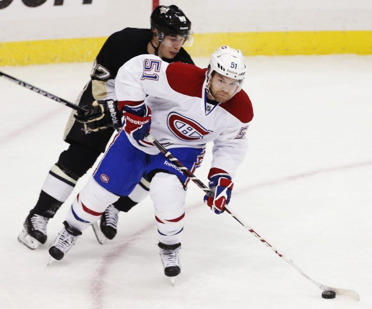 David Desharnais (51) réussit à échapper à la couverture de Sidney Crosby (87). (PHOTO JASON COHN, REUTERS)